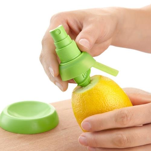 שפריצר ללימון ופירות הדר המתברג לתוך הפרי ומפזר  נתזים ריח...